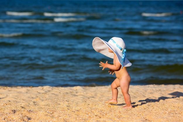 Piccola neonata sulla spiaggia