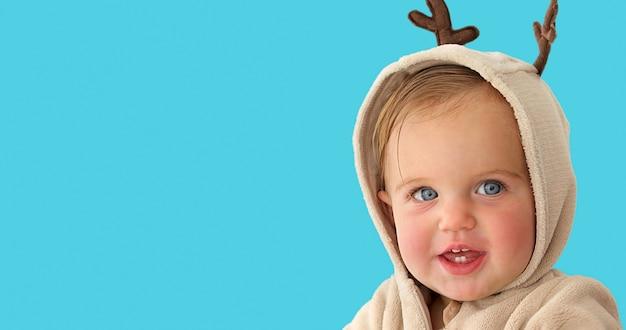 Piccola neonata sveglia in un costume dei cervi