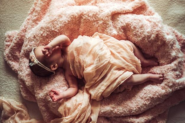 Piccola neonata sveglia nel letto