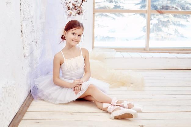 Piccola prima balletto. giovane ragazza ballerina