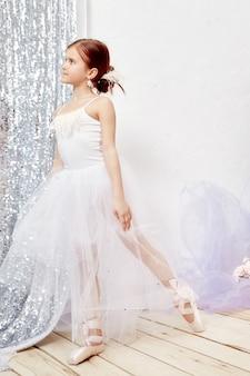 Piccola prima balletto. la giovane ragazza della ballerina sta preparando
