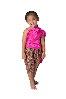 Piccola ragazza asiatica in abiti tradizionali tailandesi isolato su sfondo bianco