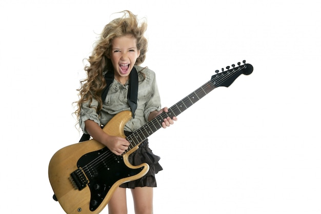 Piccola ragazza bionda che gioca hardcore della chitarra elettrica