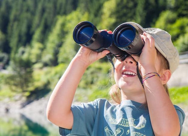 Piccola ragazza escursionista in montagna