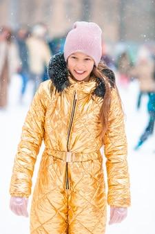 Piccola ragazza felice adorabile che sledding nel giorno nevoso di inverno.