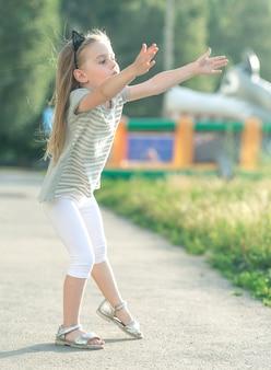 Piccola ragazza felice che cammina
