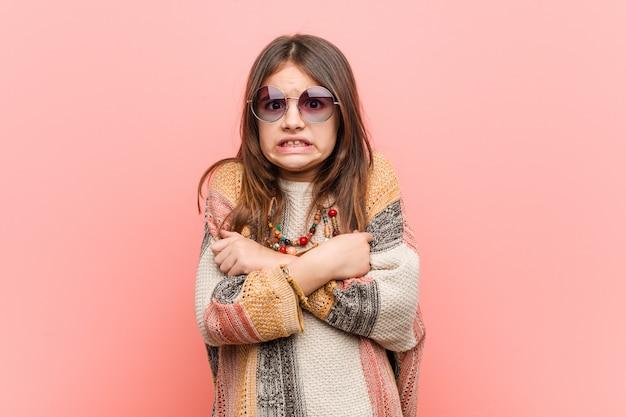 Piccola ragazza hippie che va fredda a causa della bassa temperatura o di una malattia.