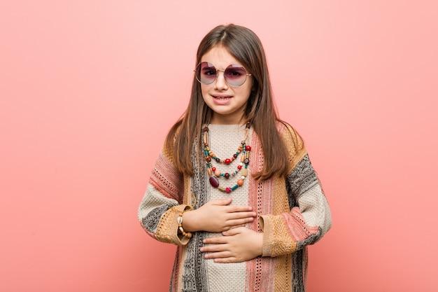 Piccola ragazza hippie malata, affetta da mal di stomaco