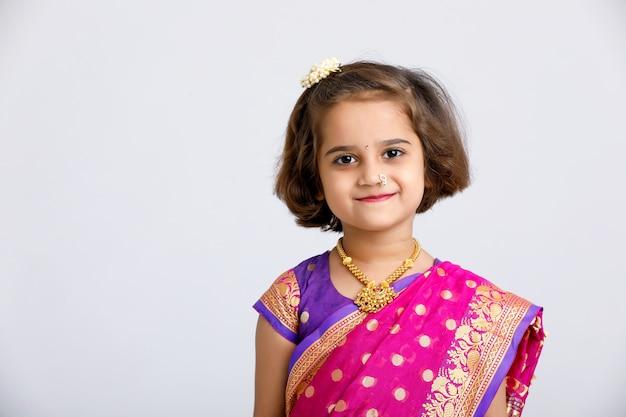 Piccola ragazza indiana / asiatica sveglia nell'usura tradizionale
