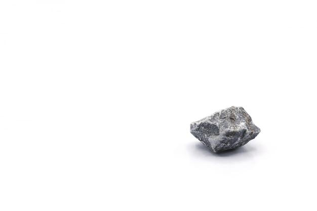 Piccola roccia grigia isolata su fondo bianco
