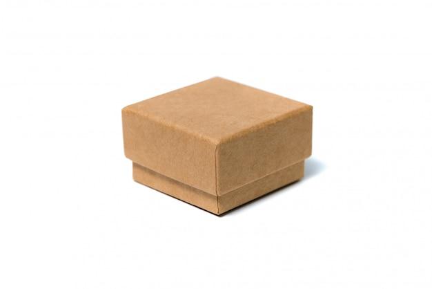 Piccola scatola di cartone marrone vuota con il coperchio isolato su bianco.