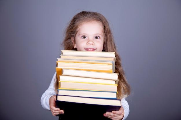 Piccola scolara con i libri.