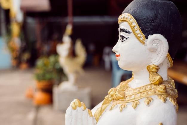 Piccola statua sacra di un buddha a bangkok. religione buddista, arte antica e cultura del patrimonio asiatico. visita sacri templi di lusso e visita della città in thailandia.