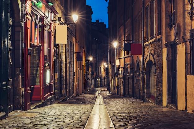 Piccola strada nella vecchia lione, francia