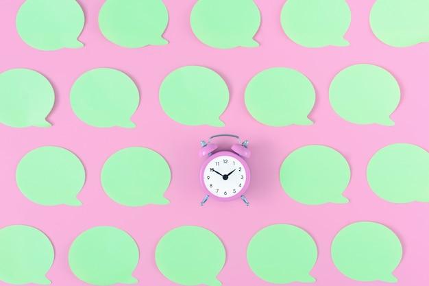 Piccola sveglia rosa con adesivi verde chiaro vuoti