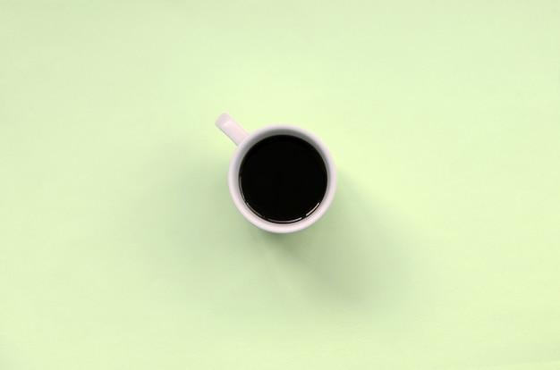 Piccola tazza di caffè bianco. vista dall'alto