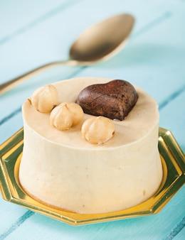 Piccola torta con nocciole e cuore di cioccolato.