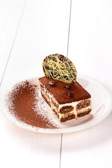 Piccola torta con ripieno diverso su un piatto bianco.