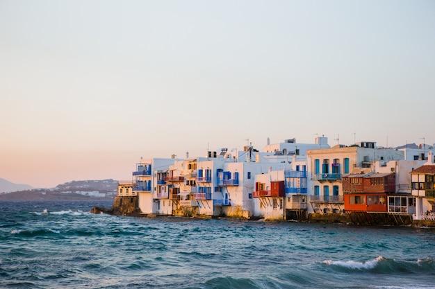 Piccola venezia l'attrazione più popolare nell'isola di mykonos nella luce della sera sulla grecia, cicladi