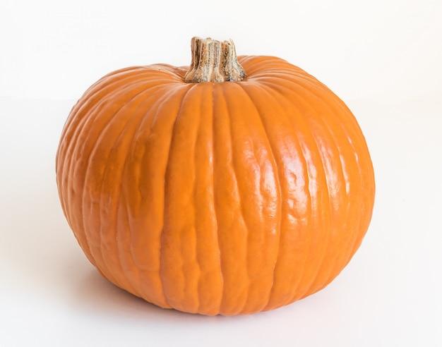 Piccola zucca arancio isolata su bianco
