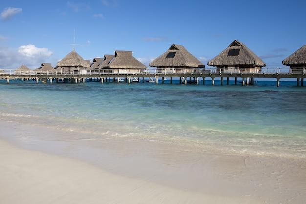 Piccole case sull'acqua, località tropicale