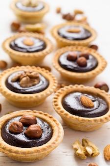 Piccole crostate al gusto di cioccolato e noci