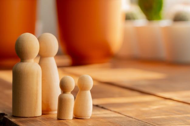 Piccole figure in legno di membri della famiglia. simbolo di relazione familiare