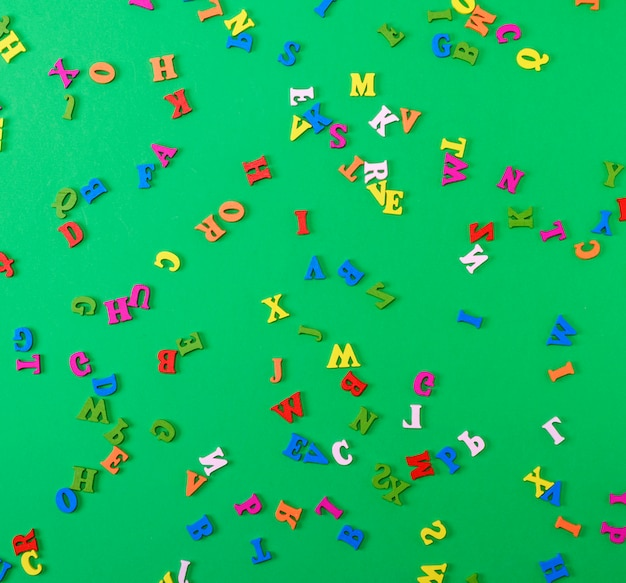 Piccole lettere multicolori in legno dell'alfabeto inglese sono sparse