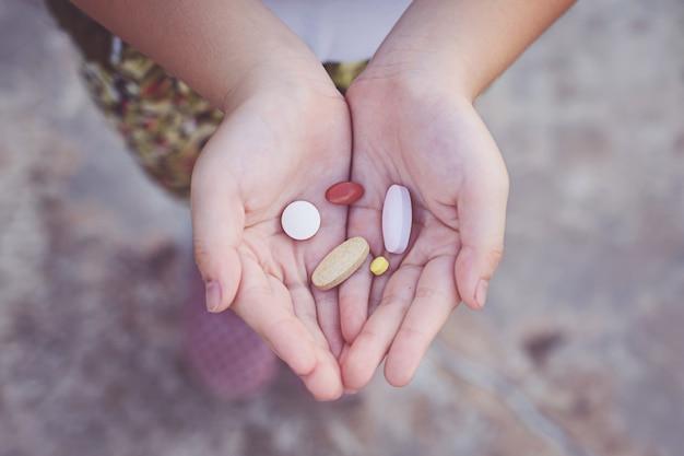 Piccole mani del bambino in possesso di droga