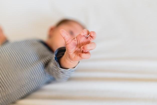 Piccole mani e dita del neonato.