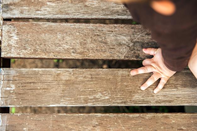 Piccole mani e piedi di un bambino, stile retrò.
