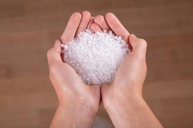 Piccole palline di plastica sulle mani
