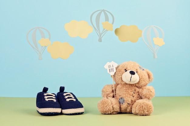 Piccole scarpe sveglie del neonato sopra i precedenti blu