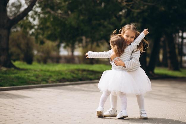 Piccole sorelle nel parco