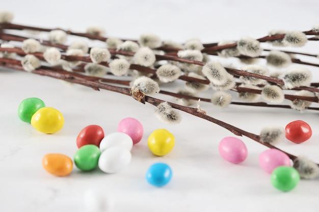 Piccole uova di pasqua colorate