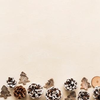 Piccoli abeti di ornamento vicino alle strappi