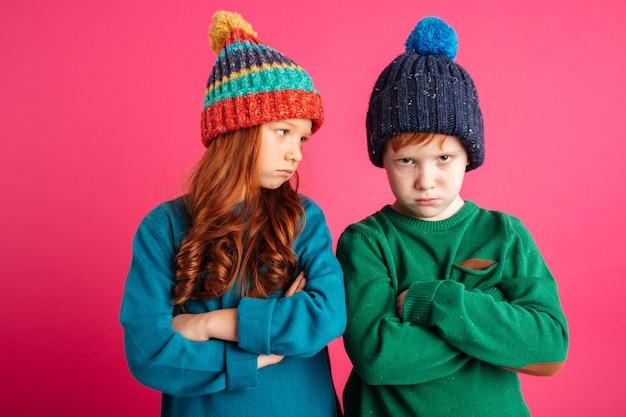 Piccoli bambini arrabbiati dispiaciuti