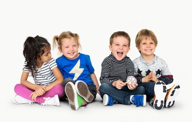 Piccoli bambini che tengono giù allegro felice