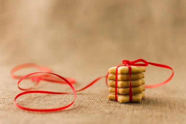 Piccoli biscotti stelle con nastro rosso