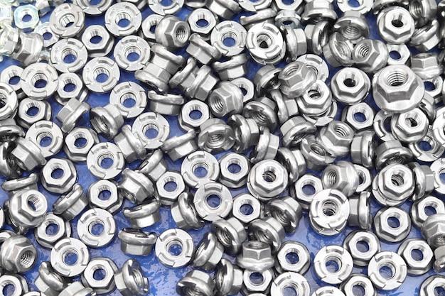 Piccoli bulloni e dadi dal processo di fabbricazione
