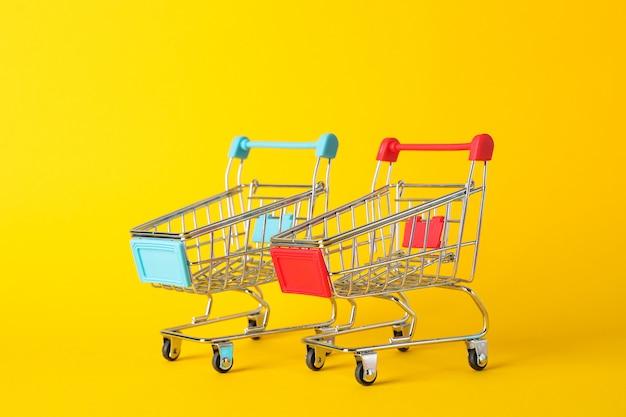 Piccoli carrelli su spazio giallo, spazio per il testo