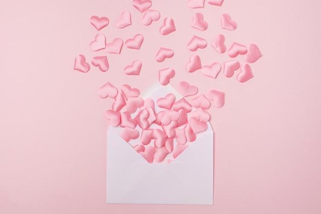 Piccoli cuori rosa con busta