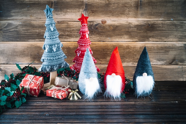 Piccoli elfi di natale con scatole regalo sul tavolo