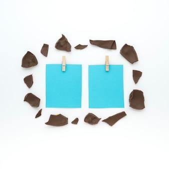 Piccoli fogli con cioccolato incrinato sul tavolo