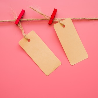 Piccoli fogli di carta appesi al filo