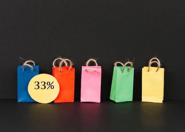 Piccoli pacchetti luminosi con etichetta di vendita