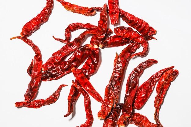 Piccoli peperoncini rossi secchi isolati su sfondo bianco