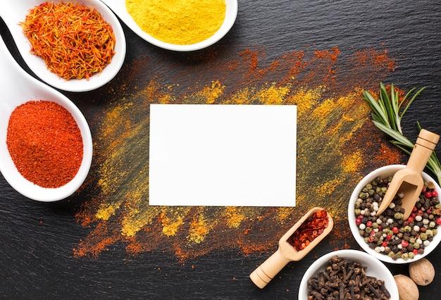 Piccoli pezzi e spezie in polvere sul tavolo