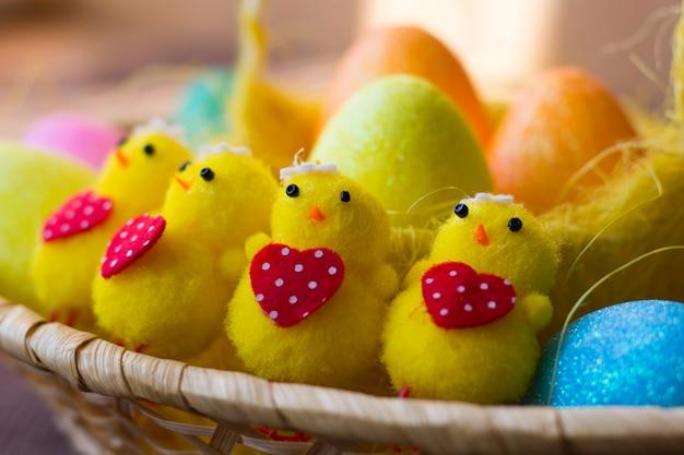 Piccoli polli di pasqua giocattolo. buona pasqua . vacanza