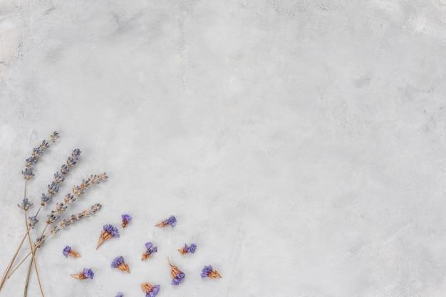 Piccoli rami di fiori sul tavolo grigio